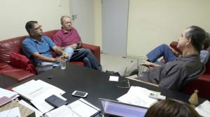Dirigentes do Sinpro, Murilo Firmino e Olavo Lins reunidos com o deputado Ronaldo Medeiros - Foto - Camila Ferraz
